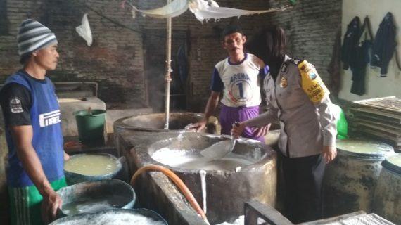 Anggota Bhabinkamtibmas Desa Pesanggrahan Polsek Batu Kota Polres Batu Sambang Terhadap Usaha Pengolahan Industri Tahu