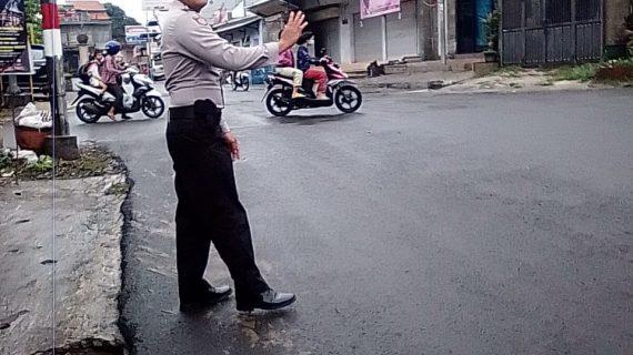 Giat Pelayanan Poros Pagi, Polsek Pujon Polres Batu Poros Pagi Bantu Kelancaran Arus Lalin