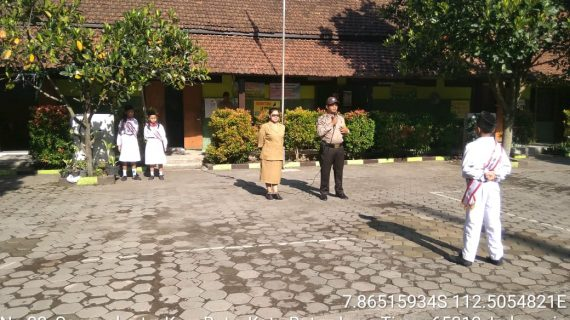 Anggot Bhabin Kelurahan Songgokerto Polsek Batu Polres Batu Melaksanakan Giat Upacara Bendera di SD Negeri Songgokerto 01 Batu