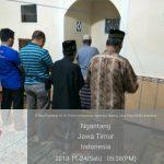 Menjalin Kedekatan Dengan Masyarakat Anggota Polsek Ngantang Polres Batu Laksanakan Sholat Berjamaah Dengan Warga Sekitar