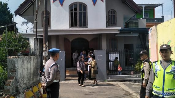 Guna Menciptakan Rasa Aman dan Nyaman, Anggota Polsek Pujon Polres Batu Melaksanakan Kegiatan Ibadah di Gereja GKJW Pujon
