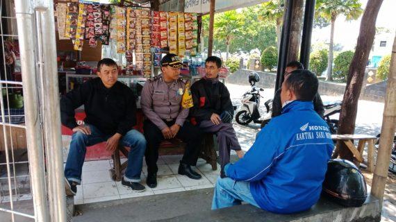 SambangI Paguyuban Ojek Oleh Anggota Bhabinkamtibmas Polsek Batu Kota Polres Batu Sampaikan Pesan Kamtibmas
