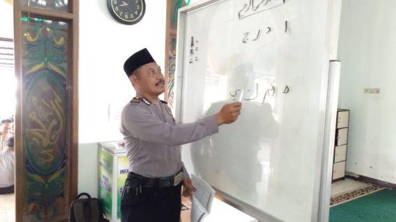 Anggota Polres Batu belajar mengaji dan membaca Al Qur'an sebagai wujud ketaqwaan terhadap Allah SWT