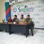 Anggota Bhabinkamtibmas Kelurahan Songgokerto Polsek Batu Kota Polres Batu Hadiri Rapat Persiapan Selamatan Desa