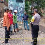 Sambang Pekerja Bangunan Bhabinkamtibmas Kelurahan Temas Polsek Batu Kota Sampaikan Pesan Kamtibmas