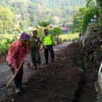 Bhabinkamtibmas Silaturahmi dan DDS Warga, Bhabinkamtibmas Polsek Pujon Polres Batu Mengikuti Kerja Bakti Di Desa Bendosari