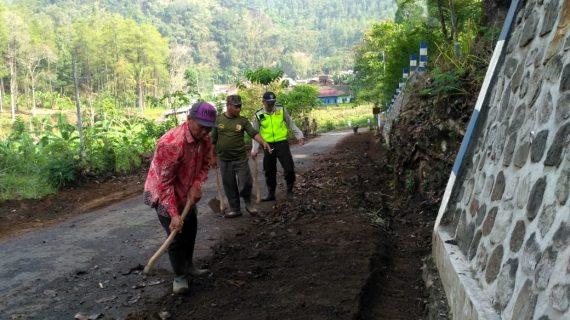 Bhabinkamtibmas Tatap Muka dan DDS, Bhabinkamtibmas Polsek Pujon Polres Batu Mengikuti Kerja Bakti Di Desa Bendosari