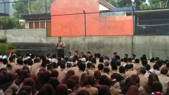 Bhabinkamtibmas Kelurahan Sisir Polsek Batu Lakukan Binluh Kamtibmas Kepada Siswa SMK Islam Batu