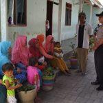 Bhabin desa Pendem Polsek Junrejo Polres Batu Kunjungan ibu ibu pengantar anak TK Nurul iman desa Pendem.