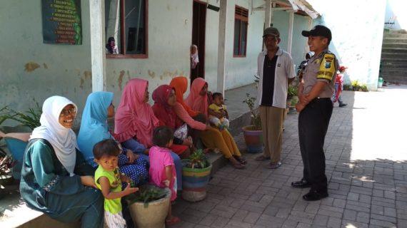 Bhabin desa Pendem Polsek Junrejo Polres  Batu sambang ibu ibu pengantar anak TK Nurul iman desa Pendem.