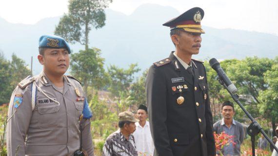 Wakapolres Batu Kompol Zein Mawardi, A.Md menjadi irup dalam upacara pemakaman Purnawirawan Anggota Polri