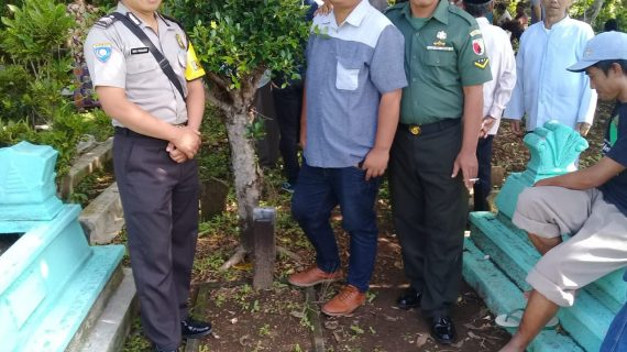 Sebagai Wujud Turut Berbela Sungkawa, Anggota Bhabin Desa Pendem Polsek Junrejo Polres Batu Hadiri Pemakaman Warganya Yang Meninggal Dunia.