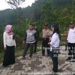 Sambangi Proyek Paving Jalan Pertanian Oleh Anggota Bhabinkamtibmas Kelurahan Songgokerto Polsek Batu Polres Batu