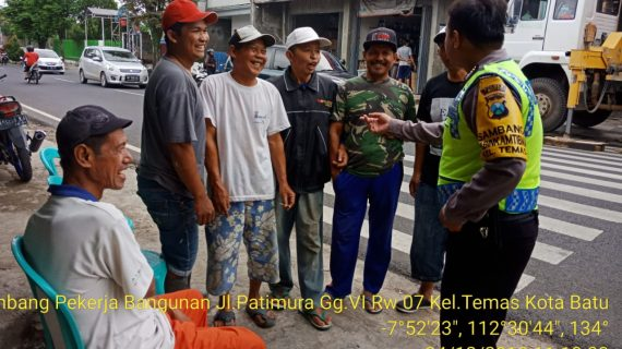 Sambang Pekerja Bangunan Oleh Bhabinkamtibmas Kelurahan Temas Polsek Batu Kota Polres Batu Sampaikan Pesan Kamtibmas