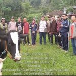 Anggota Bhabin Kel Songgokerto Polsek Batu Polres Batu Dampingi Penyerahan Bantuan Sapi Dari Dinas Pertanian Kota Batu Kepada Warga