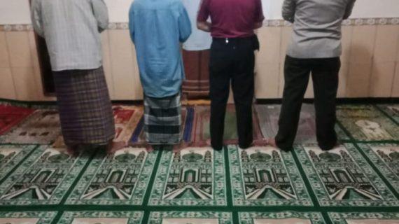 Menjalin Silaturahmi dengan Masyarakat, Anggota Polsek Ngantang Melaksanakan Giat Memakmurkn Masjid dengan Sholat Isya' Berjamaah