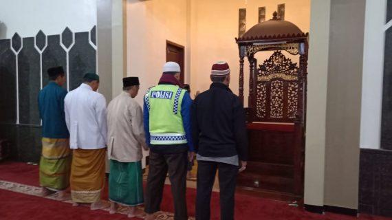 Bersama Warga Anggota Polsek Pujon Polres Batu Shalat Berjama'ah