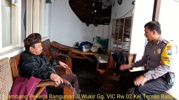 Anggota Bhabin Kel Temas Brigadir Anton Sambangi Tokoh Masyarakat berikan binluh sabagaimana Program DDS