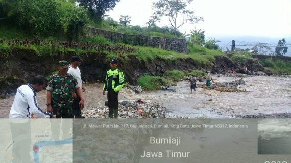 anggota Bhabinkamtibmas Gunungsari Bersama BPBD,Polsek Bumiaji Polres Batu laksanakan kegiatan tiga pilar , pantau DAS
