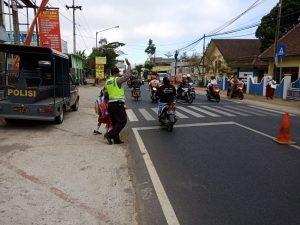 Giat Pelayanan Pagi, Polsek Kasembon Polres Batu Poros Pagi Bantu Kelancaran Arus Lalin di Wilayahnya