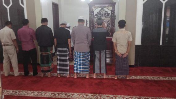 Tingkatkan Silaturahmi, Polsek Pujon Polres Batu Shalat Bersama Warga