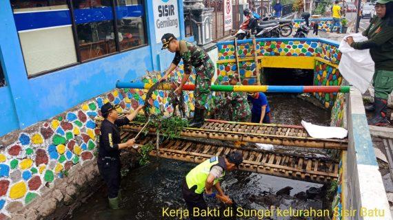 Anggota Polsek Batu Bersama Anggota TNI Kerja Bhakti Bersih Bersih Lingkungan