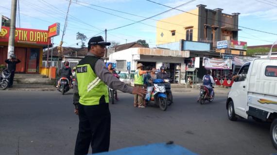 Polsek Pujon Polres Batu Poros Pagi Di Wilayah Rawan Kemacetan Agar Tetap Terjaga Kelancarannya