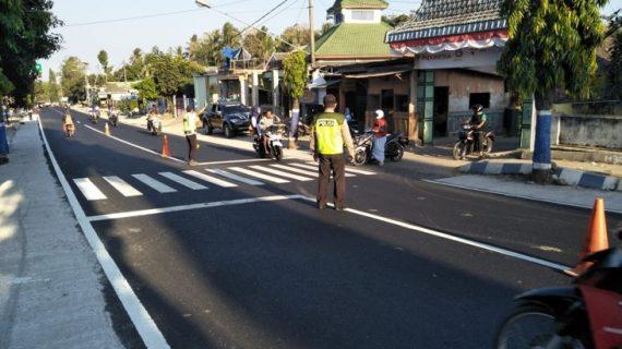 Anggota Polsek Ngantang Polres Batu Poros Pagi Berikan Kelancaran Arus Lalin