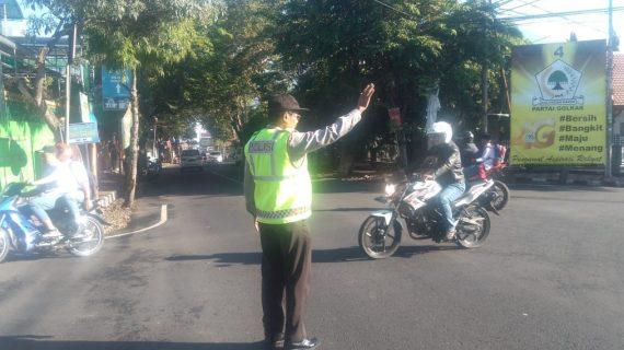 Giat Pelayanan Pagi, Polsek Pujon Polres Batu Poros Pagi Bantu Kelancaran Arus Lalin di Wilayahnya