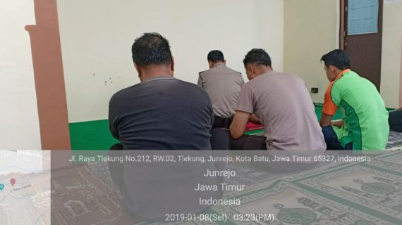 Polsek Junrejo Polres Batu Shalat Berjamaah Bersama Warga, Tingkatkan Silaturahmi