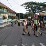 Anggota Polsek Pujon Polres Batu Bareng Warganya Ciptakan Situasi Kondusif