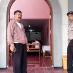 Anggota Polsek Ngantang Polres Batu Giat Patroli Berikan Rasa Aman Dan Nyaman Kepada Warga Yang Sedang Nobar Sepakbola
