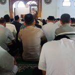 Tingkatkan Silaturahmi, Polsek Kasembon Polres Batu Shalat Jum`at Bersama Warga