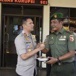 Dibawa ke Polres Batu, Pabung Mayor Choirul Efendy potong tumpeng peringati Hari Bhayangkara ke 73