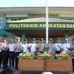 PERINGATI HUT TNI KE – 74, KAPOLRES BATU BERIKAN TUMPENG
