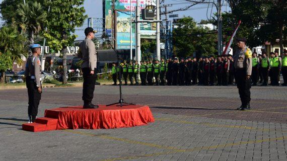 Maksimalkan pengamanan Pilkades serentak di Kota Batu, Kapolres lakukan apel pergeseran pasukan pengamanan di Balai Kota Among Tani Batu