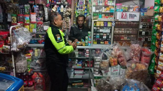 TINGKATKAN SILATURAHMI BHABIN DESA TULUNGREJO POLSEK BUMIAJI LAKUKAN KEGIATAN SAMBANG WARGA PEMILIK USAHA KIOS makanan