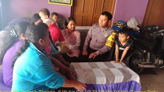 Tingkatkan Tali Silahturahmi , anggota Bhabinkamtibmas Polsek Batu Kota Sambang Warga berikan pemahaman tentang situasi kamtibmas