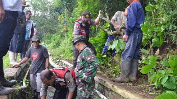 PASCA MUSIBAH TANAH LONGSOR, POLRI – TNI BERSAMA WARGA SONGGORITI KERJA BAKTI BERSIHKAN MATERIAL LONGSOR DAN JALAN.