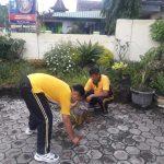 Kapolsek Kasembon bersih – bersih markas tuk cegah wabah corona
