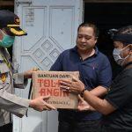 Kapolres Batu bagikan paket sembako kepada warga