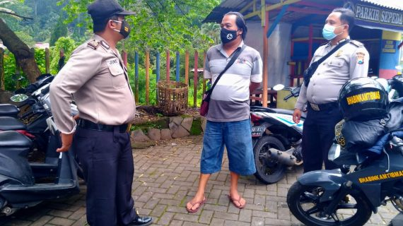 Anggota Polres Batu Laksanakan Operasi Prokes, Disiplinkan Penggunaan Masker