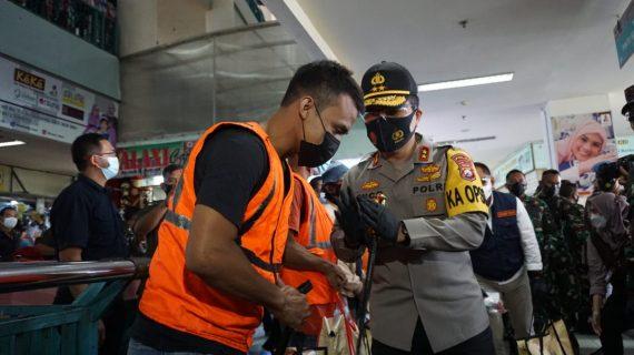 Forkopimda Jatim, Bagikan 25 Ribu Masker Pengunjung dan Pedagang di PGS