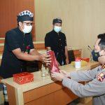 Kapolri Beri Penghargaan ke Pecalang Bali Karena Berprestasi