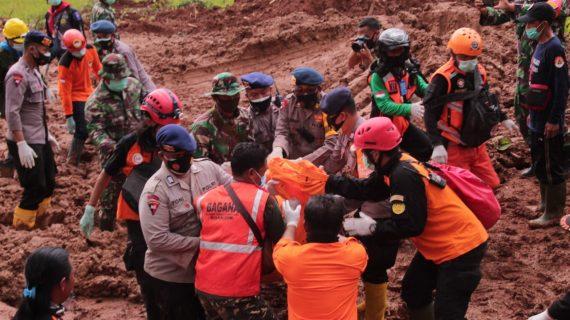 Sinergitas TNI, Polri dan Relawan Patut Diapresiasi Bekerja Keras Mencari Keberadaan Korban Tanah Longsor
