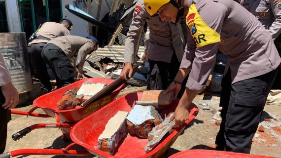 Brimob Polda Jatim Bantu Penanganan Gempa Bumi Di Lumajang