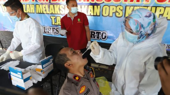 Ratusan Polisi yang Bertugas Sekat Pemudik di Mojokerto Jalani Tes Swab PCR.