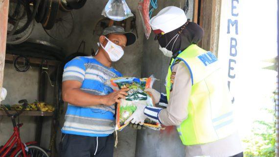 Berikan Masker dan Sembako di Bangkalan Sembari Berikan Edukasi 5M
