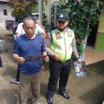 Sambang Kelompok masyarakat , Anggota Bhabinkamtibmas Desa Banturejo Ngantang bagikan stiker dan masker
