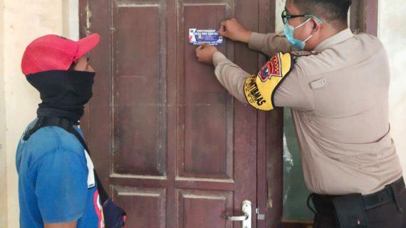 Selain Bagikan masker Gratis dan pasang stiker, Bripka Eko harianto Bhabinkamtibmas Desa Oro oro ombo ajak warga ikut vaksinasi